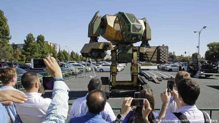 A 15-foot tall robot participating in the MegaBots challenge at the Pioneer Summit in California (picture-alliance/AP Photo/Eric Risberg)
