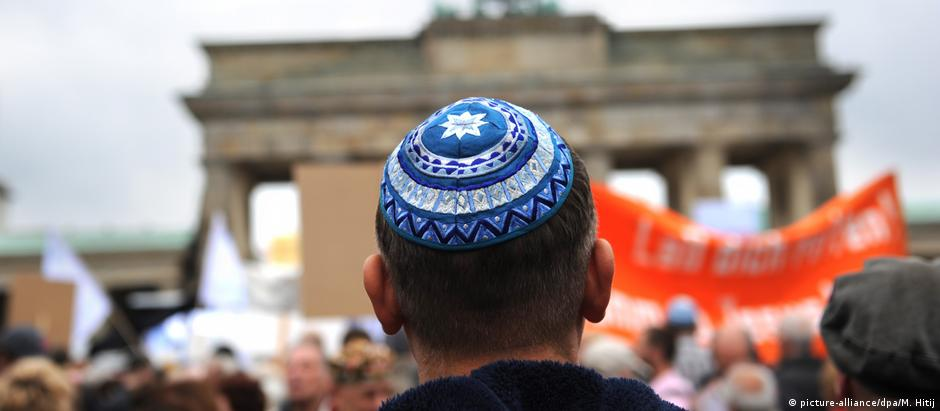 A man wears a kippa at an anti-Semitism rally in Berlin (picture-alliance/dpa/M. Hitij)