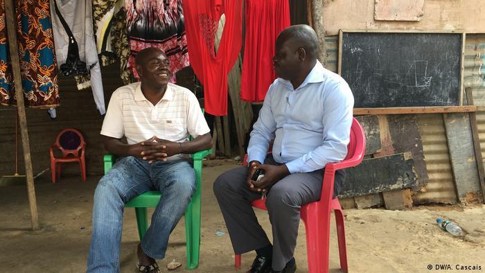 Bewohner Fernando Pinto und Rafael Morais von SOS Habitat in Luanda, Angola