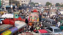 Pakistan chaotischer Straßenverkehr in Karachi