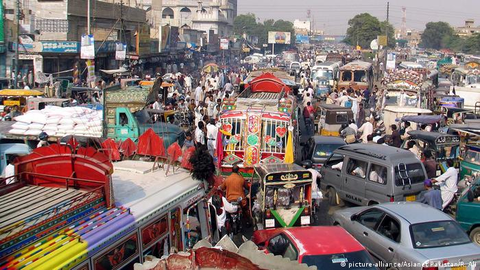 Pakistan chaotischer Straßenverkehr in Karachi (picture-alliance/Asianet Pakistan/R. Ali)