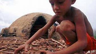 Kleines Kind sammelt Holz in Acailandia, Brasilien