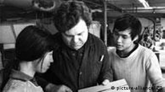 Junge Vietnamesen werden 1979 in ihre Arbeit im VEB Plattenwerk Meißen eingewiesen, wo sie Baustoffe herstellen (Foto: dpa/Ulrich Hässler )