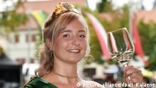 Die neue Thüringer Weinkönigin Julia Rosemann hält am 20.08.2017 in Bad Sulza (Thüringen) nach ihrer Krönung ein Weinglas in der Hand. Sie wird ein Jahr lang die Weinregion offiziell vertreten. Foto: Jens Kalaene/dpa-Zentralbild/dpa +++(c) dpa - Bildfunk+++ | Verwendung weltweit