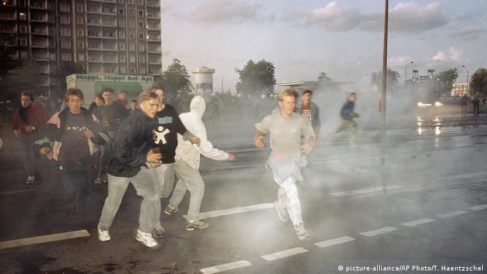 Ausschreitungen Rostock Lichtenhagen 1992 (picture-alliance/AP Photo/T. Haentzschel)