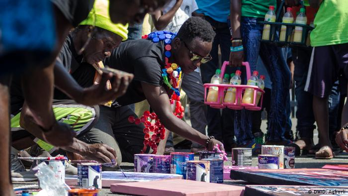 Artists paint during a performance at the Chale Wote Street Art Festival (DW/D. Agborli)