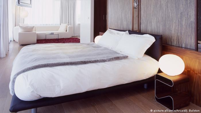 Hotel bed (picture-alliance/Arcaid/J. Balston)