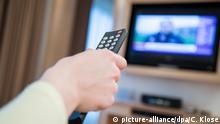Hamburg - Frau schaut TV in Hotel