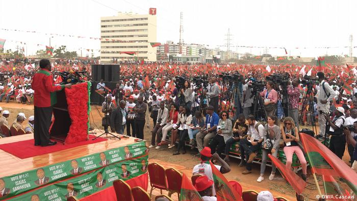 Isaías Samakuva addressing UNITA supporters at a campaign rally
