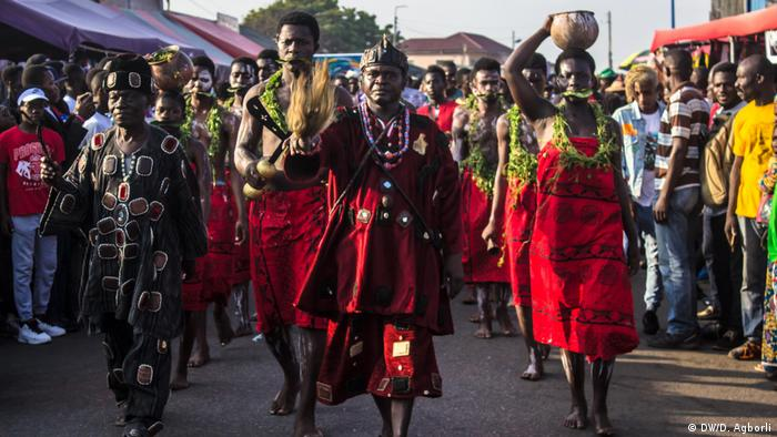 Ga people in their traditional clothes a the Chale Wote Street Art Festival (DW/D. Agborli)