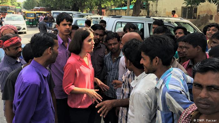Fanny Facsar talking with wage laborers (DW/F. Facsar )