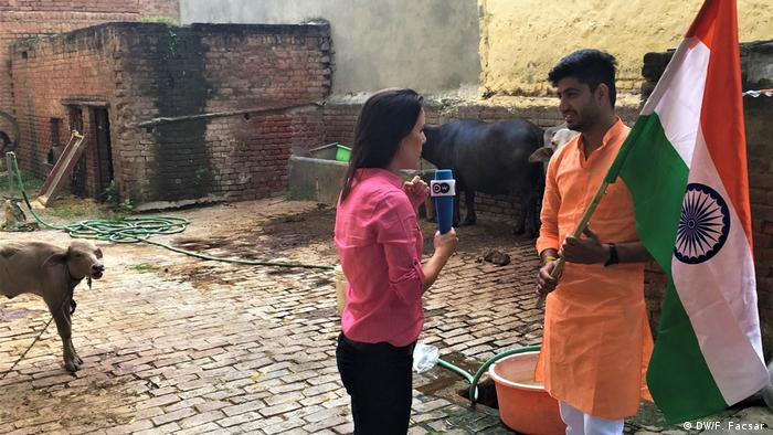 Fanny Facsar talking with Lalit Tanwar (DW/F. Facsar )