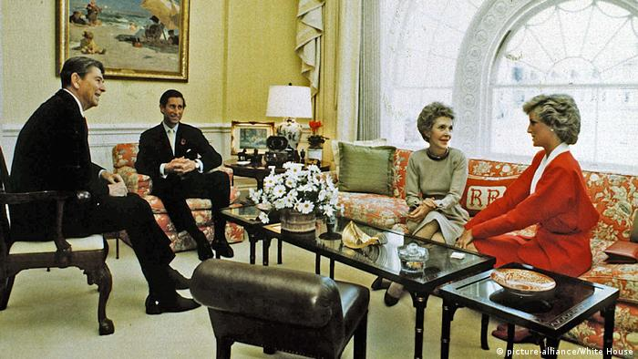 United States President Ronald Reagan and First Lady Nancy Reagan have tea with Prince Charles and Princess Diana in the White House Residence in Washington (picture-alliance/White House)