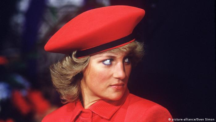 Lady Diana wearing a red hat (picture-alliance/Sven Simon)