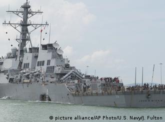Destróier USS John S. McCain sofreu graves danos em seu casco após colisão
