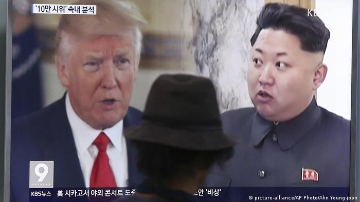 Südkorea TV Bildschirm mit Donald Trump und Kim Jong Un (picture-alliance/AP Photo/Ahn Young-joon)