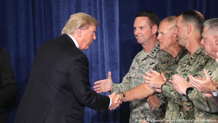 Presidente dos EUA, Donald Trump, cumprimenta líderes militares antes de pronunciamento sobre Afeganistão em base militar de Fort Myer.