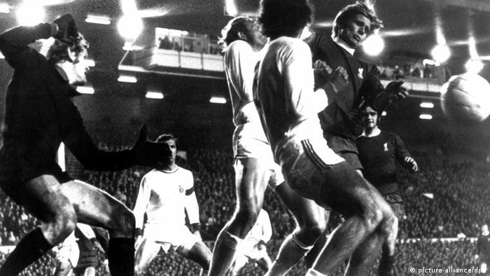 Franz Beckenbauer and Paul Breitner try to stop Alun Evans (picture-alliance/dpa)