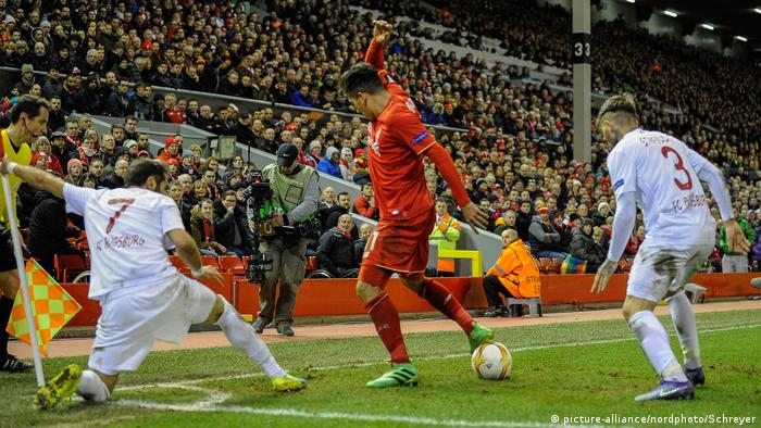 Emre Can holding up the ball against Augsburg players