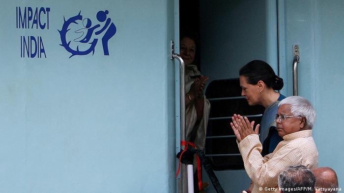 مقام های هندی در حال افتتاح یکی از قطارهای موسوم به لایف لاین که به مناطق دورافتاده در این کشور خدمات صحی می رسانند.
