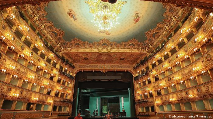 Inner view of the Teatro La Fenice in Venice (picture-alliance/Photoshot)