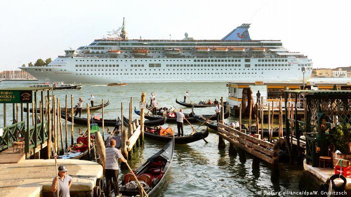 Italien Venedig - Kreuzfahrtschiffe vor dem Markusplatz
