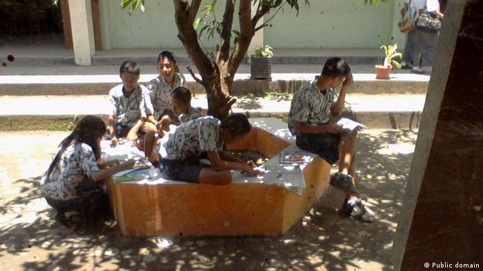 Schüler und Schülerinnen in Indonesien (Public domain)