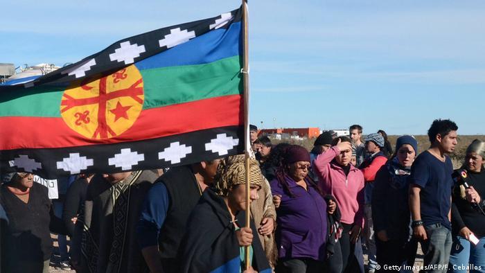 Protesta de la comunidad mapuche en Neuquén contra la actividad de YPF y Chevron en Vaca Muerta. (2013).