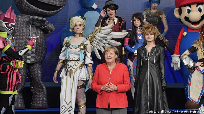 German chancellor Angela Merkel poses with cosplayers at the Gamescom fair for computer games in Cologne (picture-alliance/AP Photo/M. Meissner)