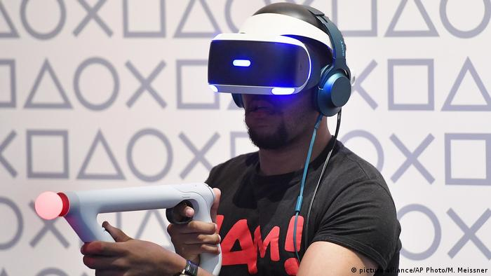 A man plays a virtual reality game at the Gamescom fair for computer games in Cologne, (picture-alliance/AP Photo/M. Meissner)
