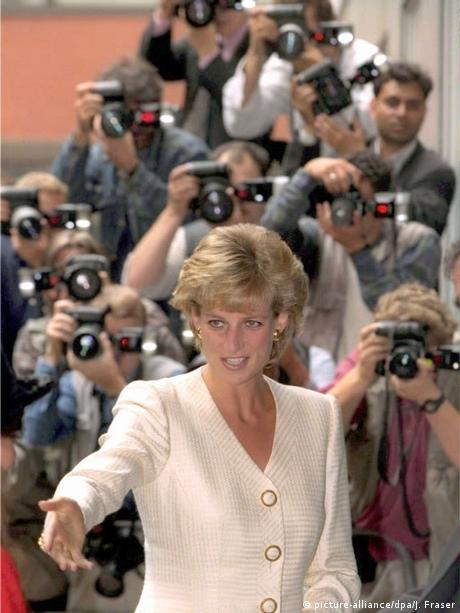 Lady Diana surrounded by photographers (picture-alliance/dpa/J. Fraser)