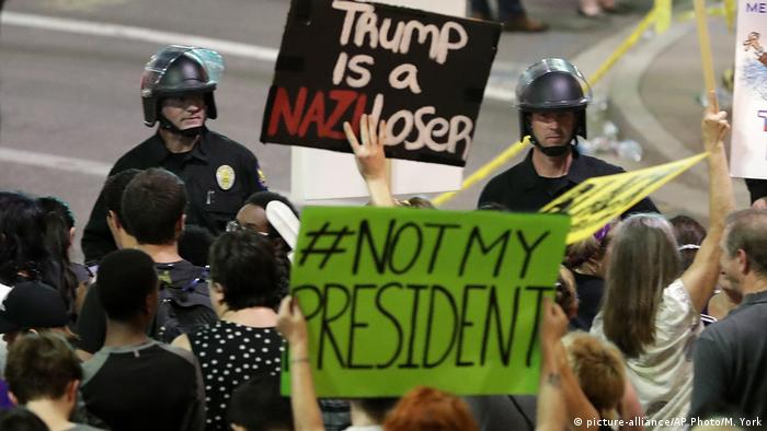 USA Proteste gegen Donald Trump in Phoenix (picture-alliance/AP Photo/M. York)