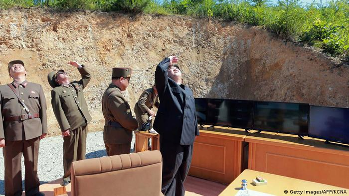 Nordkorea Kim Jong Un bei einem Raketentest (Getty Images/AFP/KCNA)