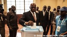 23.08.2017+++ Angolan President Jose Eduardo dos Santos casts his vote in Luanda, on August 23, 2017 during the general elections. Angolans cast their ballots on August 23 in an election marking the end of President Jose Eduardo Dos Santos's 38-year reign, with his MPLA party set to retain power despite an economic crisis. / AFP PHOTO / MARCO LONGARI (Photo credit should read MARCO LONGARI/AFP/Getty Images)