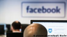 10.07.2017 ARCHIV - Mitarbeiter sitzen am 10.07.2017 bei einem Pressetermin im Löschzentrum von Facebook in einem Service-Center in Berlin an Computern. Facebook hat im Vorfeld der Bundestagswahl zehntausende Konten gelöscht, die im Verdacht stehen, Falschinformationen oder irreführende Inhalte zu verbreiten. (zu dpa Facebook setzt Initiative gegen Falschmeldungen um vom 22.08.2017) Foto: Soeren Stache/dpa +++(c) dpa - Bildfunk+++   Verwendung weltweit