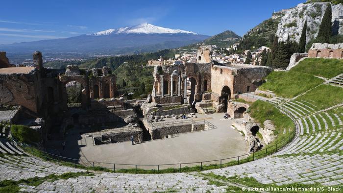 Italien Sizilien Griechisches Amphitheater und Ätna (picture-alliance/robertharding/S. Black)