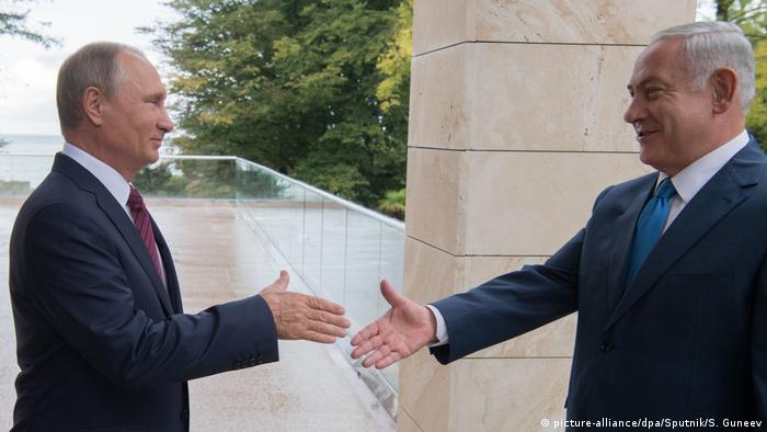 Владимир Путин встречает Беньямина Нетаньяху в августе 2017 года