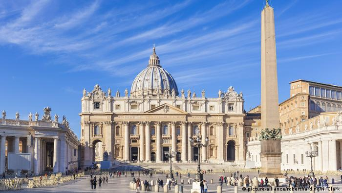 St. Peters Square and St. Peters Basilica, Vatican City, (picture-alliance/robertharding/N. Clark)