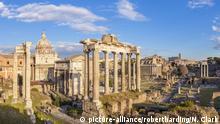 The columns of the Temple of Saturn and overview of the ruined Roman Forum, UNESCO World Heritage Site, Rome, Lazio, Italy, Europe   Verwendung weltweit, Keine Weitergabe an Wiederverkäufer.