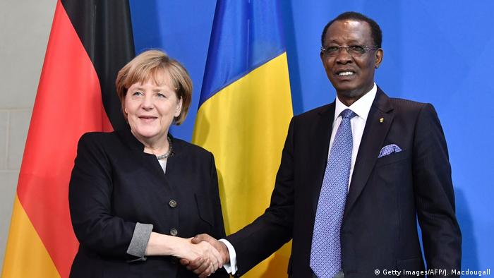 Bildergalerie langjährige Herrscher Idriss Deby mit Merkel in Berlin (Getty Images/AFP/J. Macdougall)