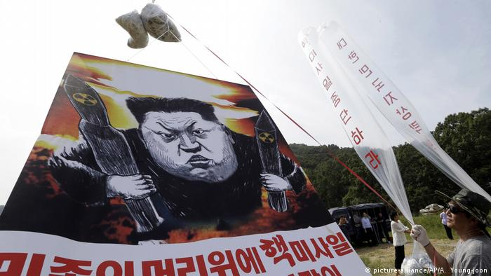 A propaganda balloon showing a cartoon of Kim Jong Un (picture-alliance/AP/A. Young-joon)
