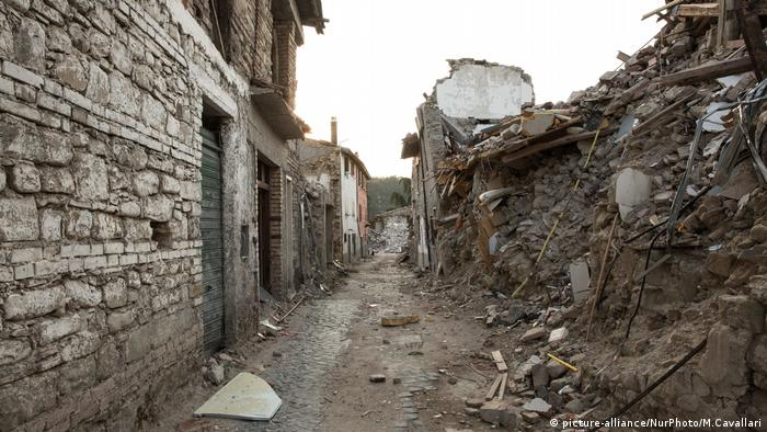 2.4 million tons of debris and rubble remain in areas affected by last year's earthquake (picture-alliance/NurPhoto/M.Cavallari)