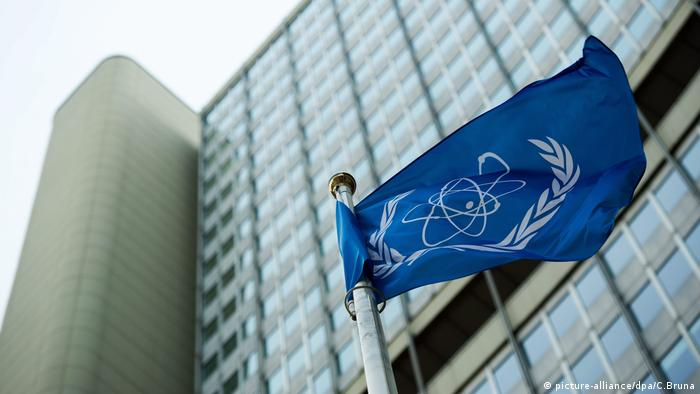 The flag of IAEA in Vienna (picture-alliance/dpa/C.Bruna)