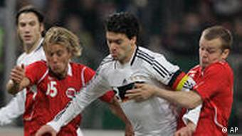 Germany's Michael Ballack, center, and Norway's Per Skjelbred, left, and Christian Grindheim challenge for the ball during the friendly soccer match between Germany and Norway in Duesseldorf, Germany, Wednesday, Feb. 11, 2009.