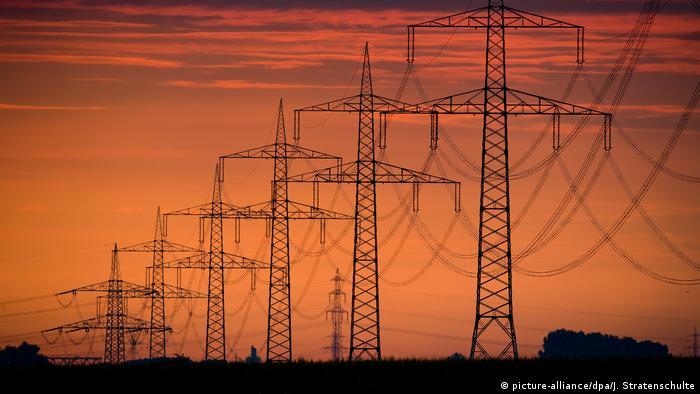 Линии электропередачи на фоне вечернего неба