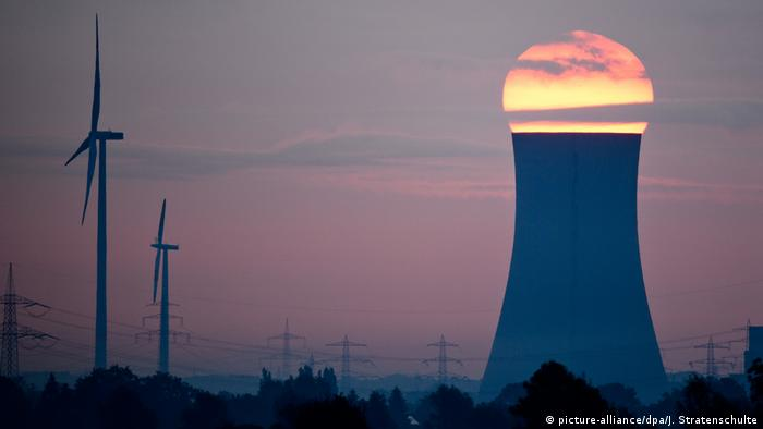Sunset over coal plant in Germany (picture-alliance/dpa/J. Stratenschulte)