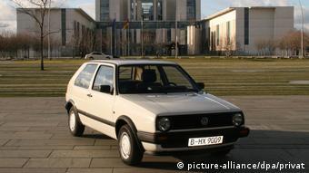 Potrivit certificatului de înmatriculare, între 1990 şi 1995, acest Volkswagen Golf, an de fabricaţie 1990, a aparţinut Angelei Merkel. Automobilul a făcut obiectul unei licitaţii acum câţiva ani.