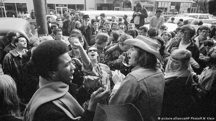 Viele Hippies stehen eng gedrängt auf der Straße