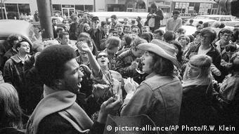 Menschenmenge auf einer Straße in Haight Ashbury 1967