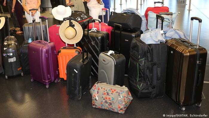 Чемоданы и сумки в аэропорту Вены, май 2017 года